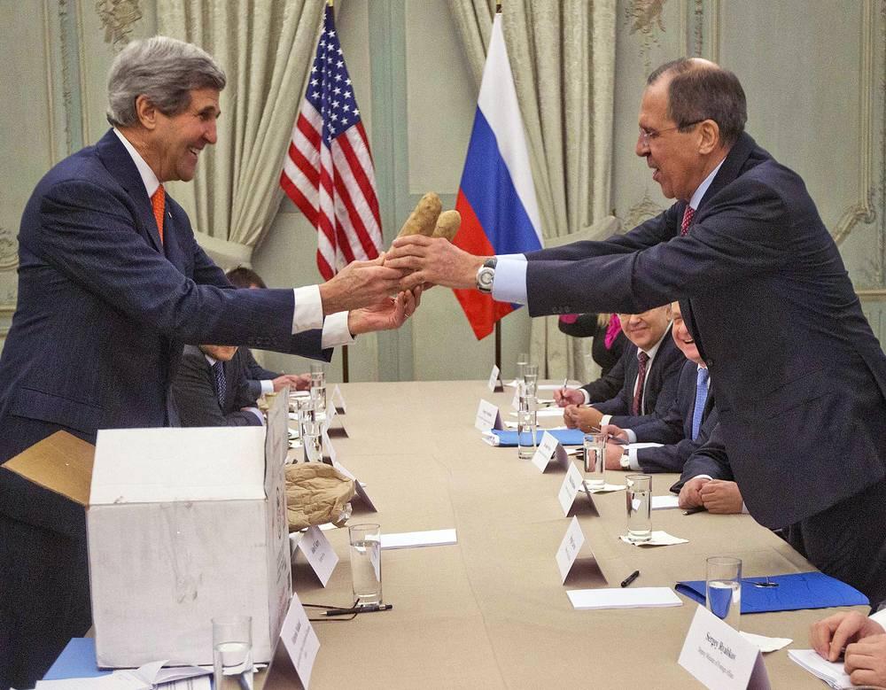 Госсекретарь США Джон Керри вручает главе МИД РФ Сергею Лаврову подарок - картофелины, 2014 год