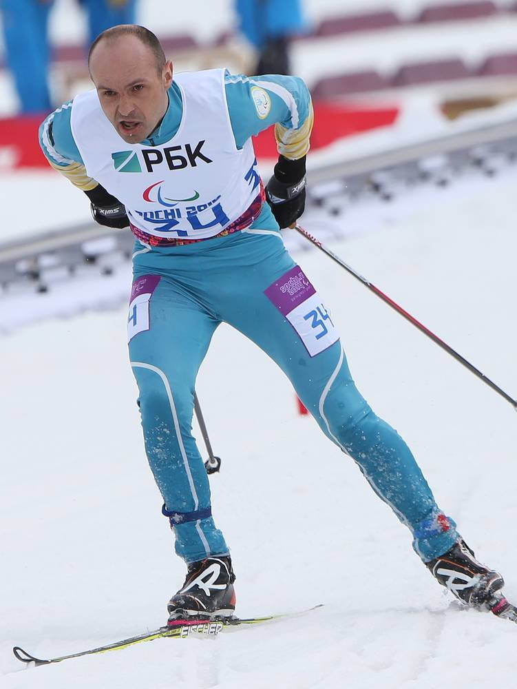 Спортсмен из Украины Виталий Лукьяненко в гонке на дистанции 7,5 км среди мужчин с нарушением зрения в соревнованиях по биатлону
