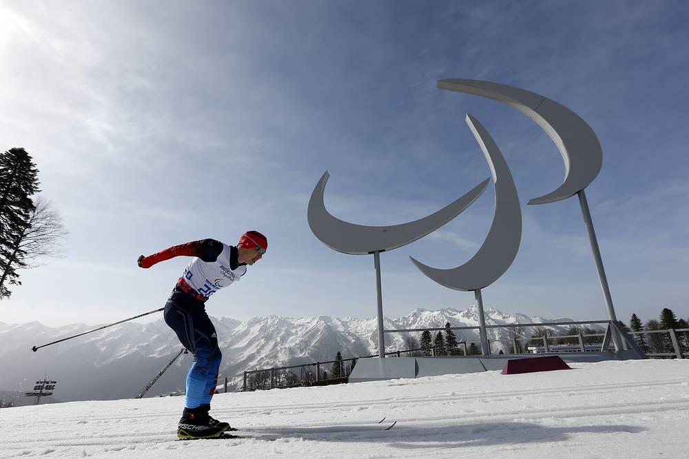 """Лыжник Рушан Миннегулов выиграл золото Паралимпийских игр на дистанции 20 км классическим стилем в категории """"стоя"""". Результат спортсмена - 50 минут 55,1 секунды"""