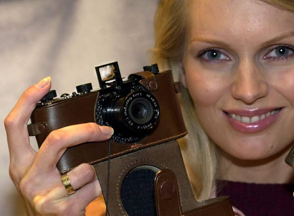 Точная копия Leica O 1923 года в руках у фотомодели на выставке Fotokina-2000