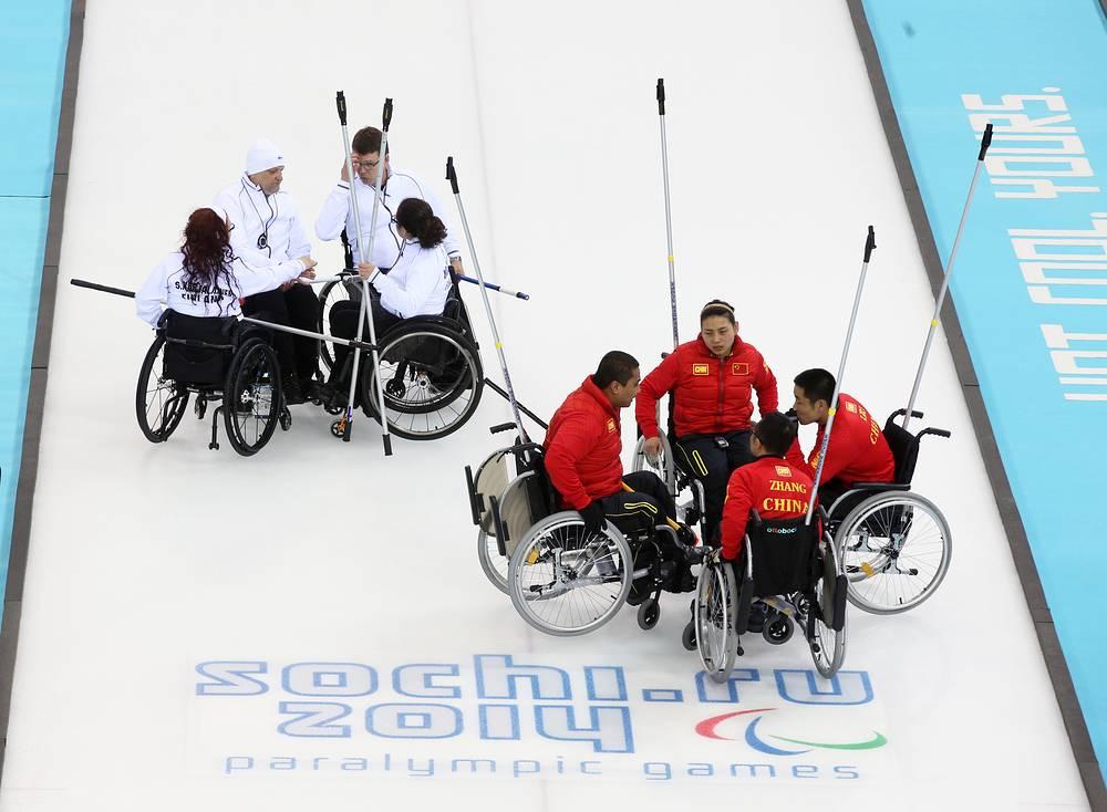 Сборная Китая по керлингу на колясках (слева) победила команду Финляндии. Встреча завершилась со счетом 8:2