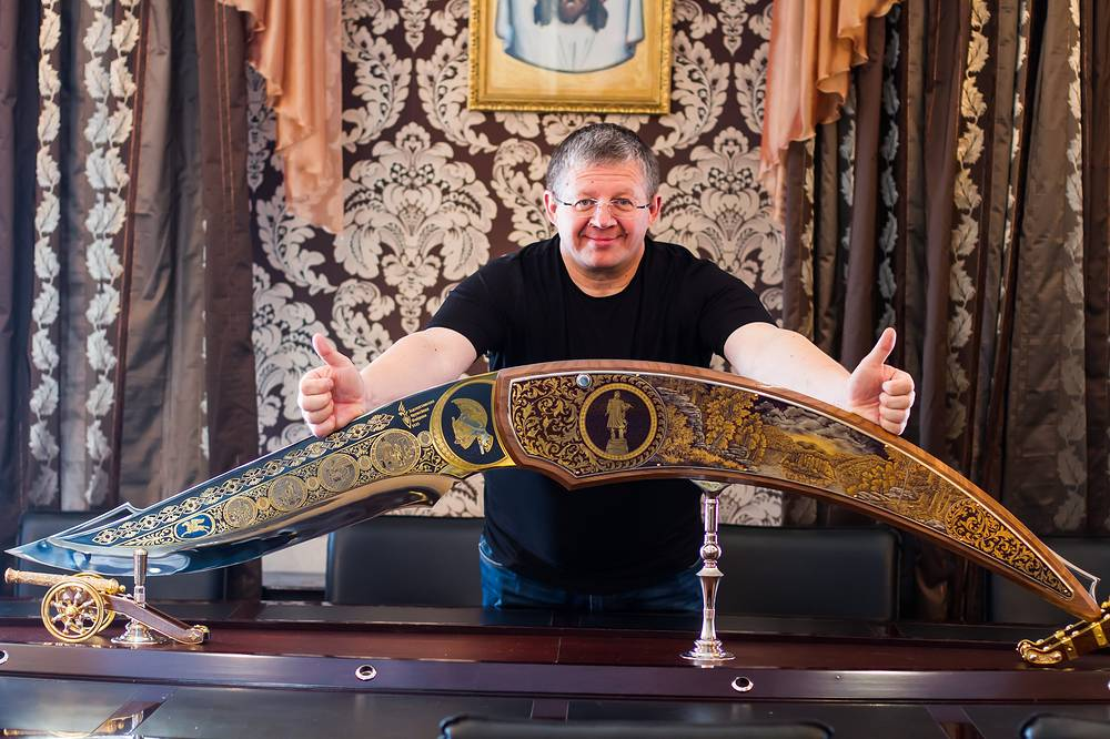 Генеральный  директор фабрики Валерий Томея с ножом-рекордсменом