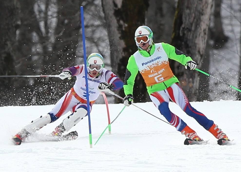 """Спортсмен из Словакии Мирослав Хараус (слева) в соревнованиях по горнолыжному спорту в слаломе в категории """"с нарушением зрения"""""""