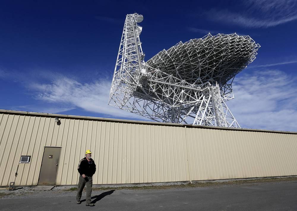3. Национальная радиологическая астрономическая обсерватория (National Radio Astronomy Observatory, NRAO). Ее главные телескопы - Green Bank, Very Large Array, Very Large Baseline Array. С помощью Green Bank ученые изучили плотность молекул в межзвездном пространстве. На фото: радиотелескоп Green Bank в США