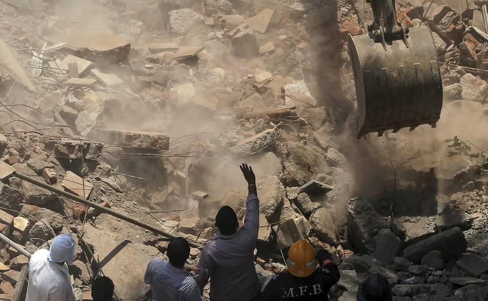 Обломки здания также разрушили прилегавшую к нему малоэтажную постройку, в которой находились люди