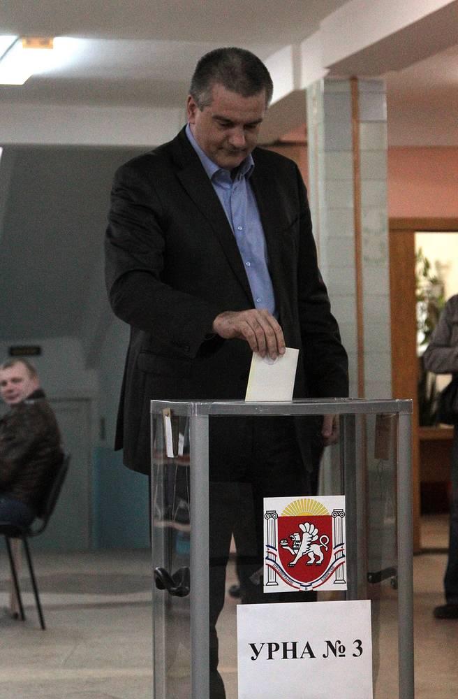 Симферополь. На избирательном участке премьер-министр Крыма Сергей Аксенов
