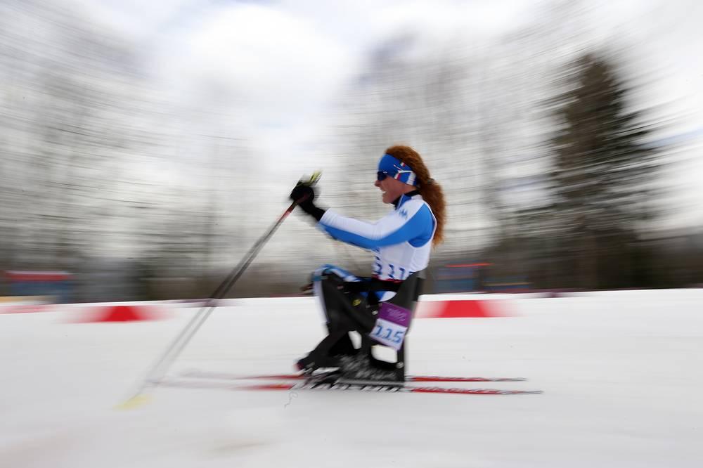 """Итальянская спортсменка Франческа Порцеллато во время лыжной гонки на дистанции 12 км в категории """"сидя"""""""