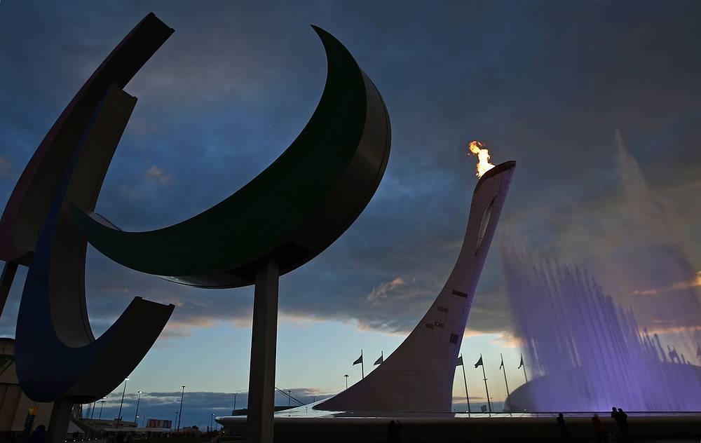 "Символ Паралимпийских игр ""Агитос"" и чаша Паралимпийского огня в Олимпийском парке"