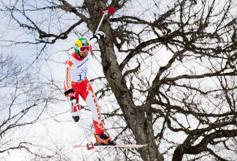 """Канадский горнолыжник Мэт Холат во время соревнований по горнолыжному спорту в слаломе в категории """"стоя"""""""