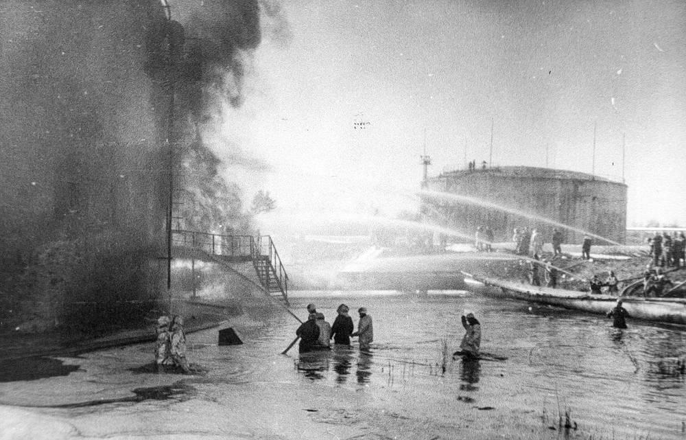 в бою с огнем были задействованы 62 единицы основной и специальной пожарной техники, а также два пожарных поезда