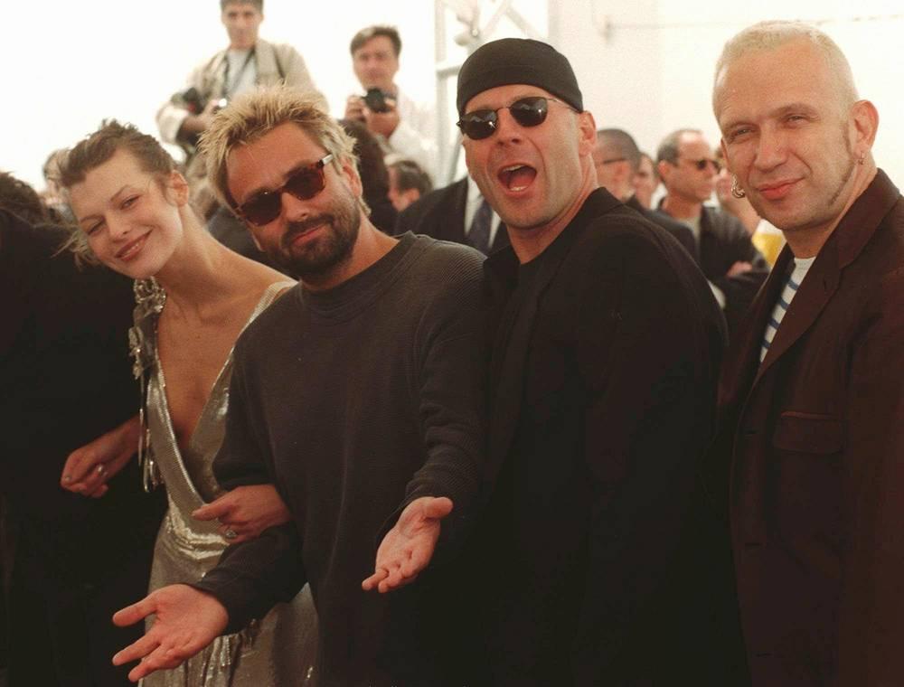 """Съемочная группа фильма """"Пятый элемент"""" (1997) в Канне. Слева направо: Мила Йовович, Люк Бессон, Брюс Уиллис и модельер Жан-Поль Готье, создавший костюмы для картины. Бюджет фильма составил $90 млн"""