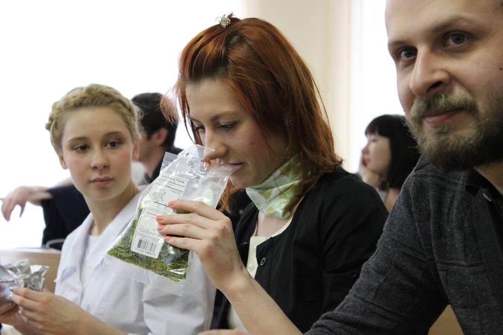 Слушатели кулинарной лекции знакомятся с заморским овощем окра (гумбо)