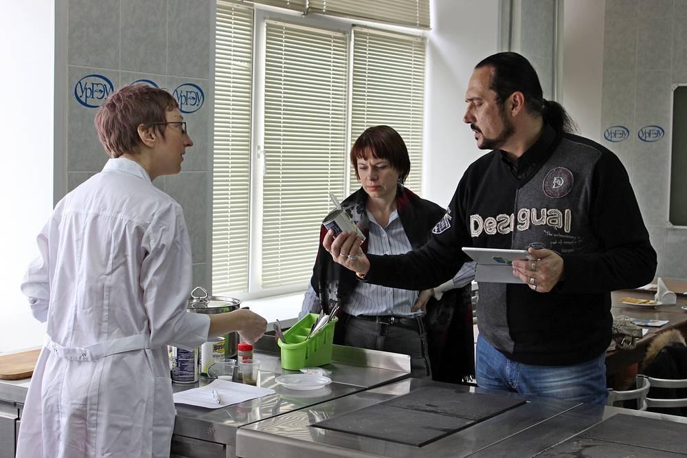 Вице-консул США Кристина Хейден (слева) с участниками кулинарного мастер-класса