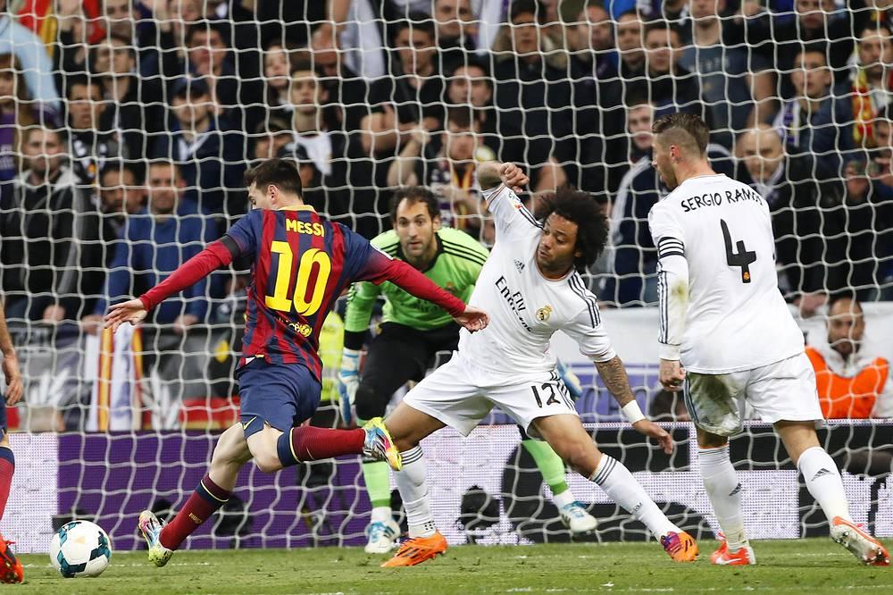 """Нападающий """"Барселоны"""" Лионель Месси отправляет мяч в ворота """"Реала"""""""