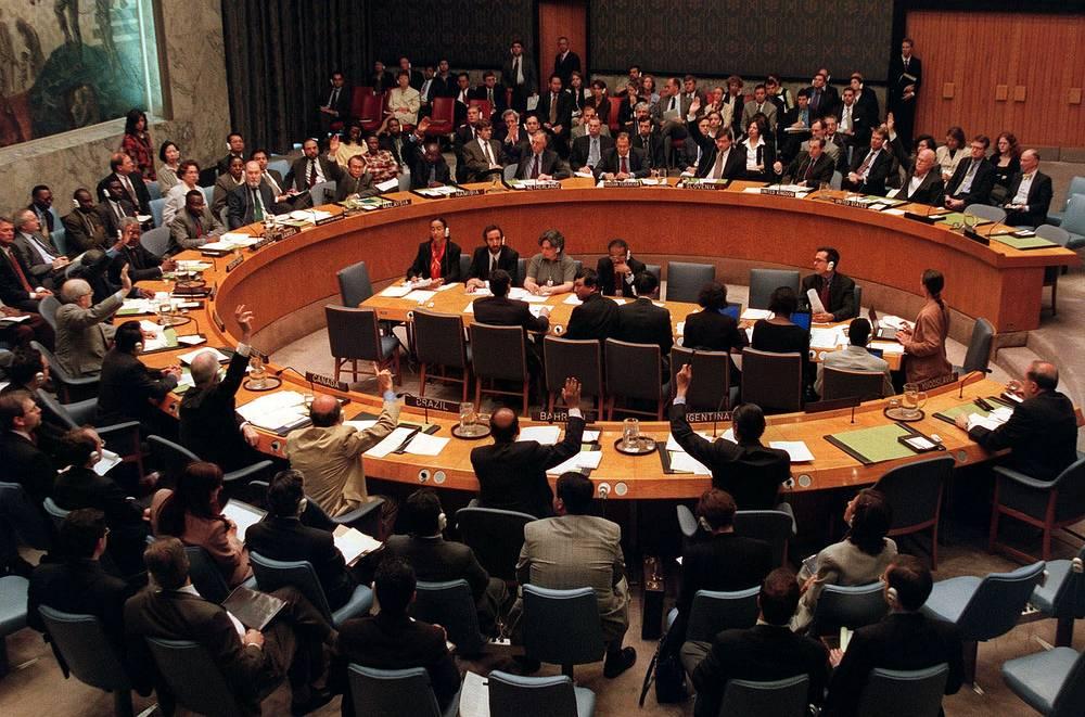 10 июня СБ ООН принял резолюцию 1244. На ее основании на территорию южной сербской провинции были переброшены 37,2 тыс. военнослужащих контингента Международных сил безопасности в Косово (КФОР) из 36 стран мира. На фото: принятие резолюции по Косово