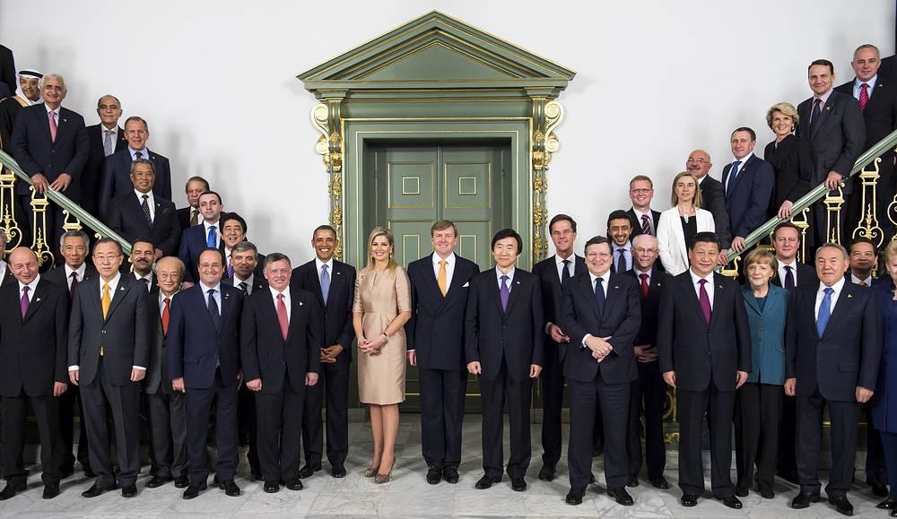 Главы государств и международных организаций во время фотосессии на саммите