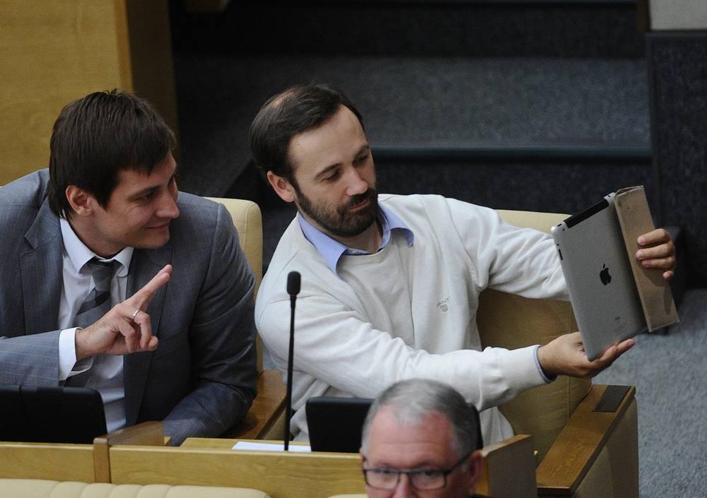 Депутаты Госдумы Дмитрий Гудков (слева) и Илья Пономарев