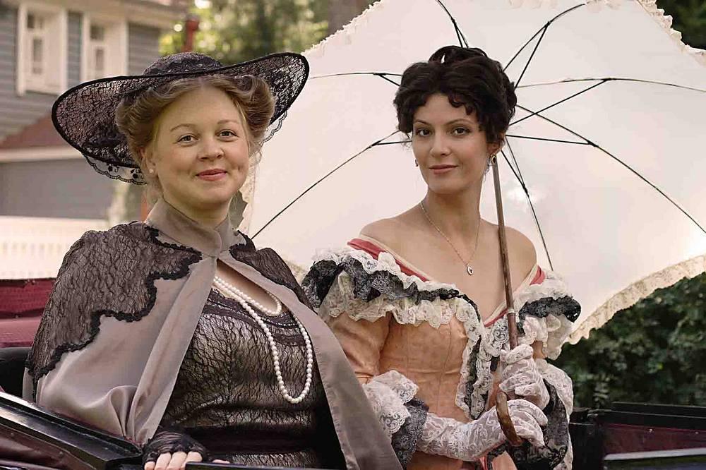 """Зоя Буряк и Лидия Вележева (слева направо) в сцене из фильма """"Русские деньги""""."""