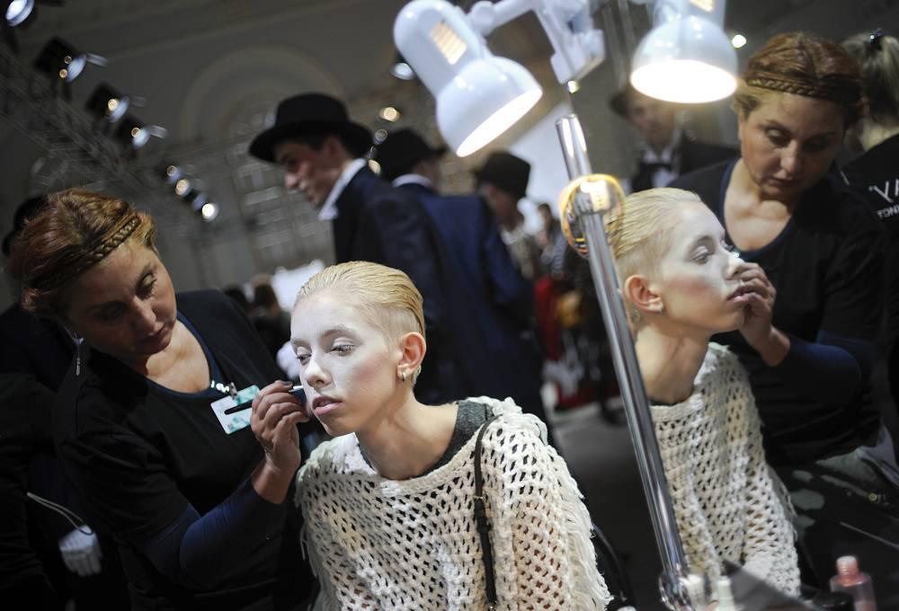Подготовка модели к показу на Mercedes-Benz Fashion Week Russia