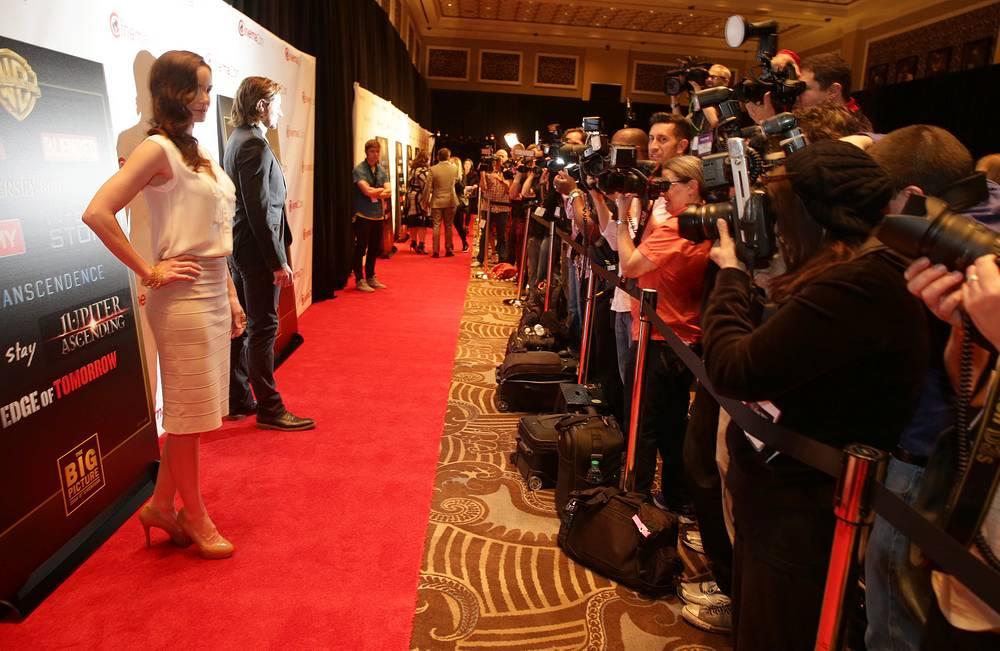 В развлекательном комплексе Caesars Palace, где проходила выставка, состоялись презентации крупнейших киностудий - Paramount, Universal, Disney, Sony, 20th Century Fox и Warner Bros. На фото: актеры Сара Кэллис Уэйн (слева) и Ричард Армитэдж