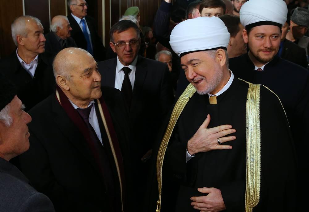 Председатель совета муфтиев России Равиль Гайнутдин (справа на первом плане)