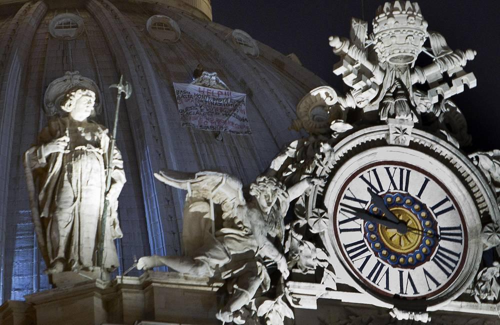 Марчелло Ди Финицио закрепляет себя на куполе 2 октября 2012 года