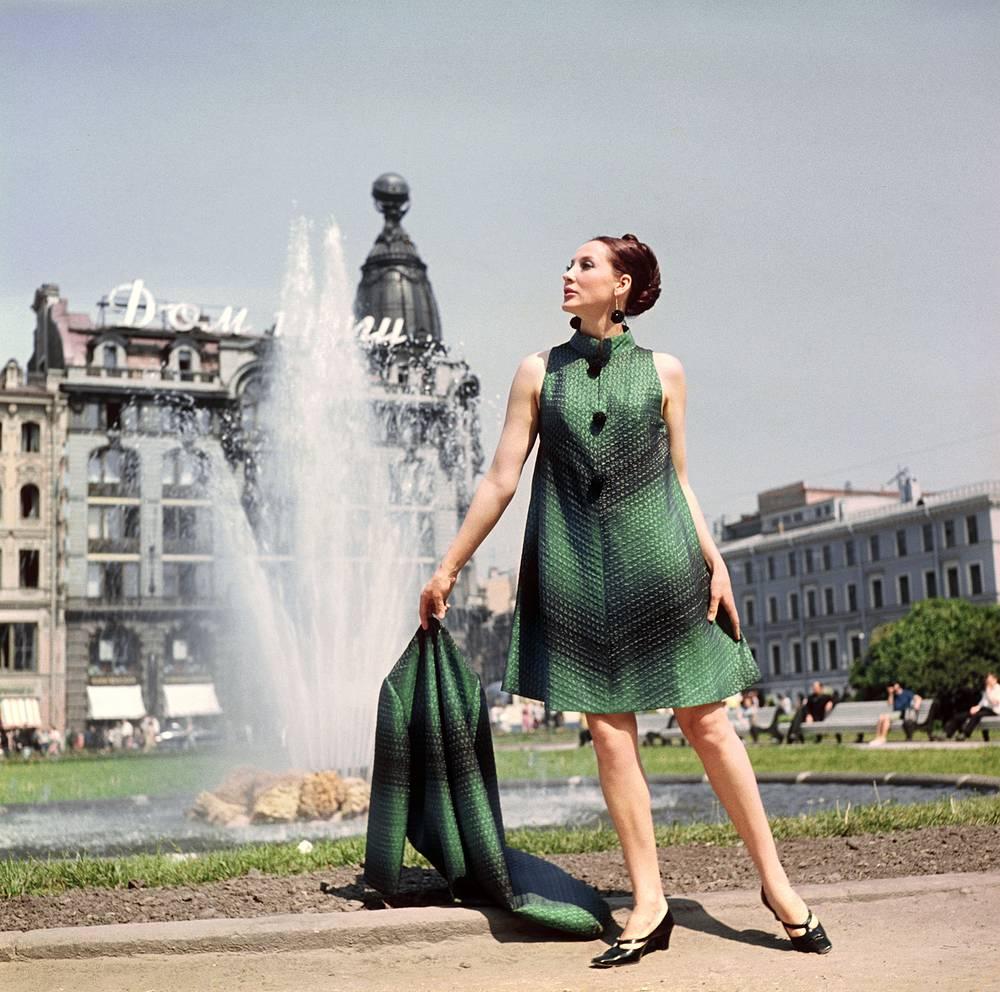 Демонстрация пальто и вечернего платья.1968 г.