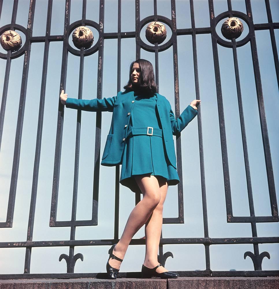 Демонстрация платья из зеленого сукна с удлиненным жакетом.1969 г.
