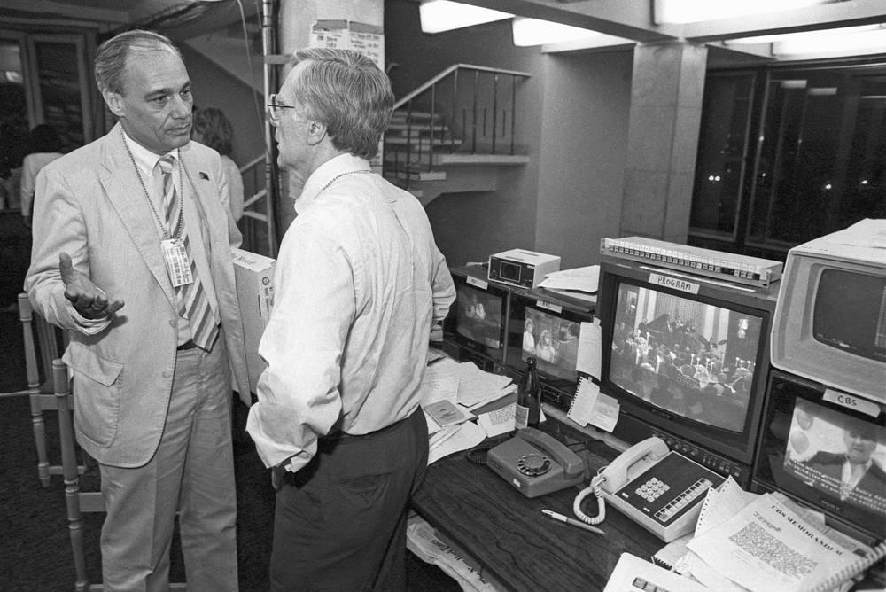 """Его отец был патриотом Советского Союза, и в 1952 году семья переехала в Москву. На фото: Владимир Познер (слева) беседует с политическим обозревателем """"Си-би-эс"""" Джеком Смитом, 1988 год"""