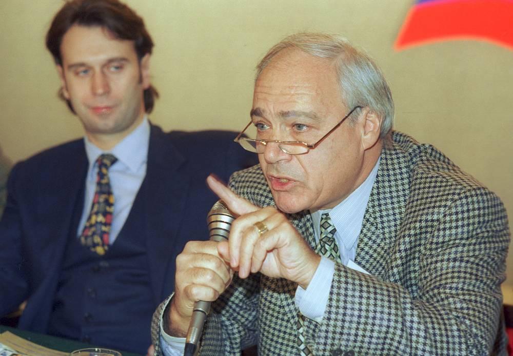 Широкую известность Познер получил в середине 1980-х годов в качестве ведущего телемостов СССР - США. На фото: Владимир Познер (справа) и Сергей Лисовский, 1996 год
