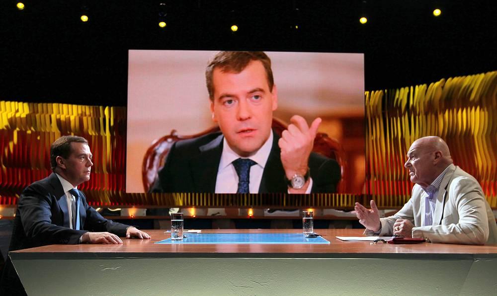 Премьер-министр РФ Дмитрий Медведев и телеведущий Владимир Познер во время интервью, 2012 год