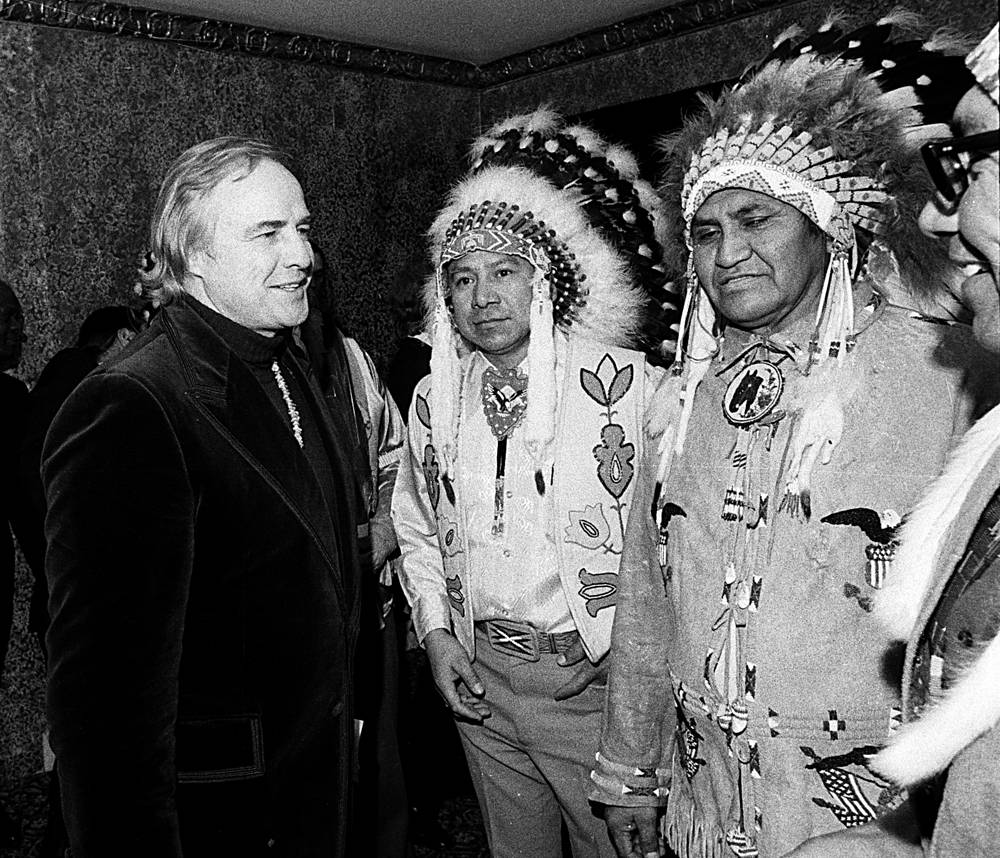 Вне актерской деятельности Брандо был заядлым политическим активистом, поддерживавшим Американо-индейское движение. На фото: Марлон Брандо с индейцами, 1974 г.