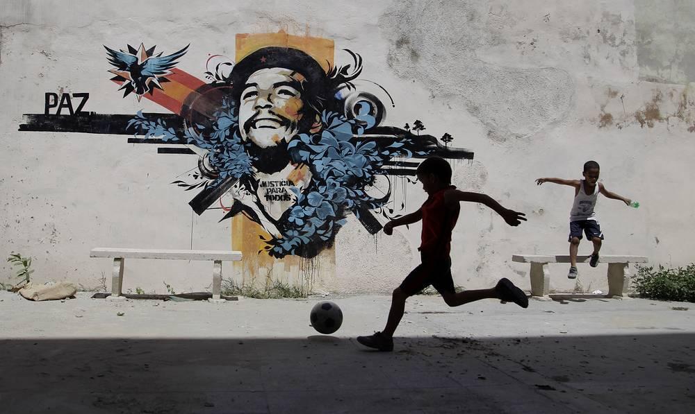 Многие здания Гаваны украшают граффити, посвященные героям кубинской революции