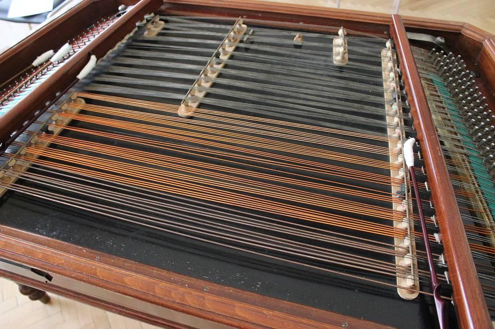 Ударный струнный музыкальный инструмент венгерские цибалы