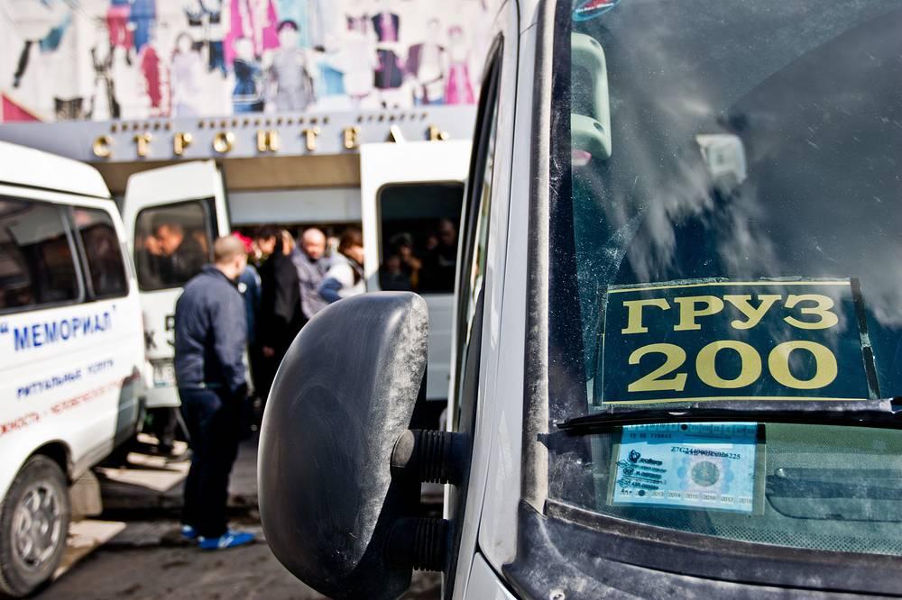 """После окончания гражданской панихиды по погибшим в результате крушения самолета ATR-72 под Тюменью у ДК """"Строитель"""". 4 апреля 2012 года"""