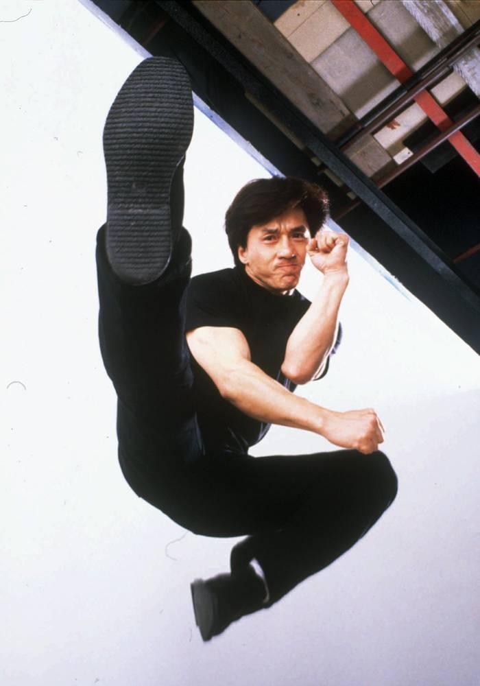 """Джеки Чан — один из самых популярных героев боевиков в мире, знаменитый своим акробатическим боевым стилем и комедийным даром. На фото: кадр из фильма """"Полицейская история-3: суперполицейский"""" (Supercop, 1992)"""