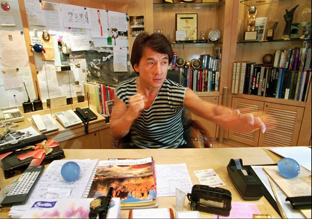 Джеки Чан начинал как каскадер. Он владел кунг-фу, акробатикой, обладал хорошей пластикой и навыками сценического мастерства. Вскоре ему стали предлагать крупные роли, он начал сам ставить фильмы. На фото: Джеки Чан в своем офисе в Гонконге, 1995 год