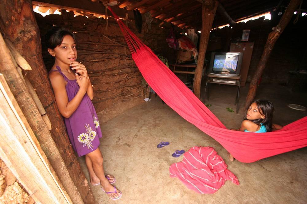 Численность цыган по всему миру достигает 8-12 млн человек, 1 млн из которых проживает в США, около 680 тыс. – в Бразилии, 650 тыс. - в Испании, 535 тыс. - в Румынии. На фото: цыганская семья в бразильском штате Параиба