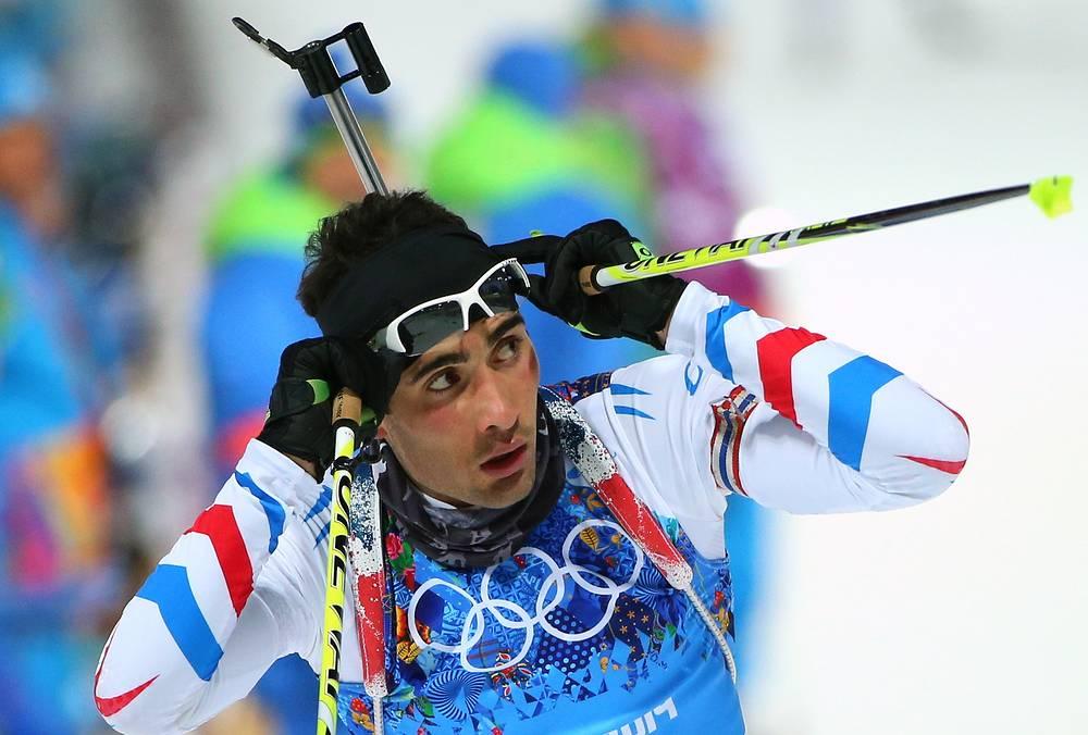 Спортсмен из Франции Мартен Фуркад на финише смешанной эстафеты на соревнованих по биатлону на XXII зимних Олимпийских играх в Сочи. Февраль 2014 года