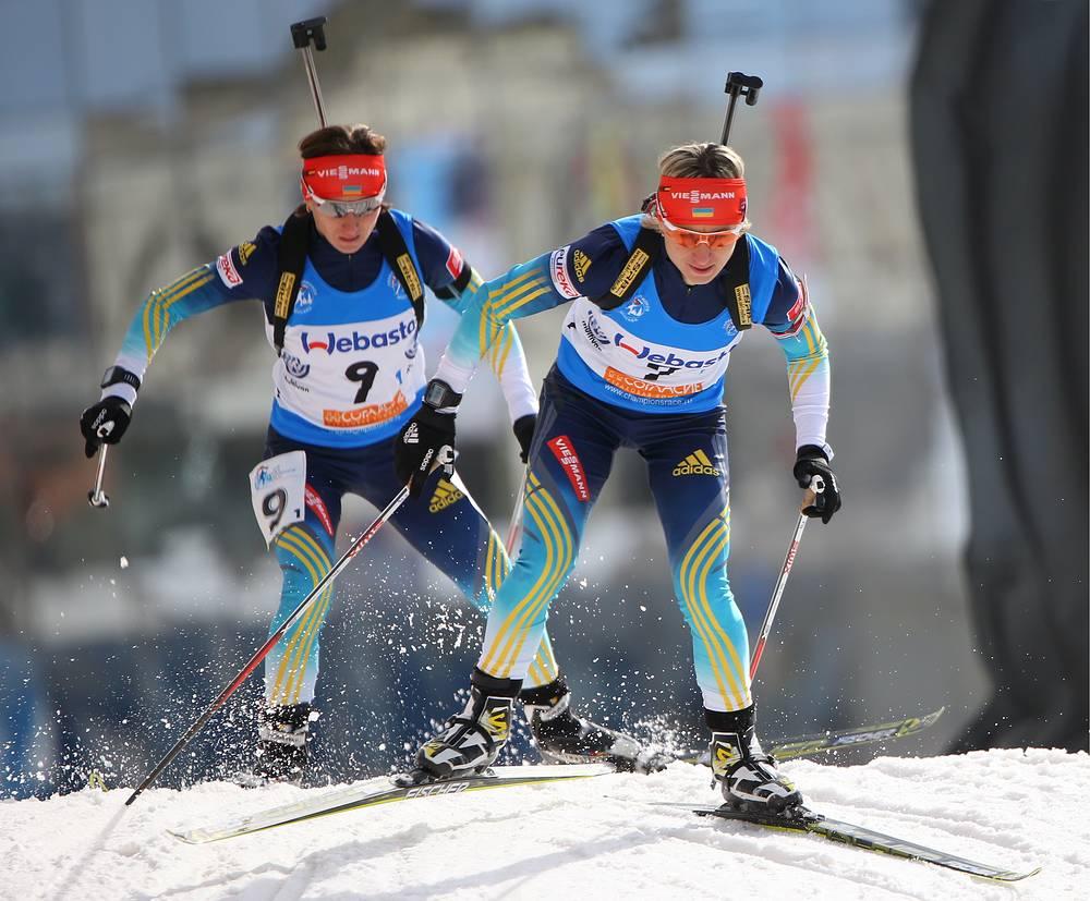 Украинские спортсменки Вита и Валентина Семеренко (слева направо) во время эстафетной гонки в соревнованиях среди смешанных команд на Гонке чемпионов 2014 по биатлону в Москве. Апрель 2014 года
