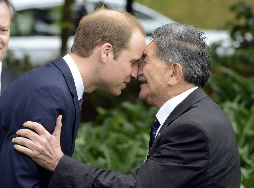 Принц Уильям здоровается с представителем племени маори Льюисом Моио