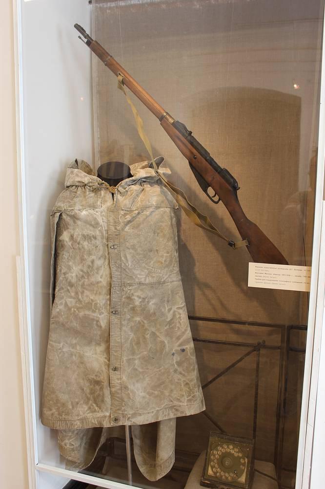 Военная плащ-палатка партизана-разведчика Д.Г. Беляева и винтовка Мосина образца 1891 - 1930 годов (муляж)