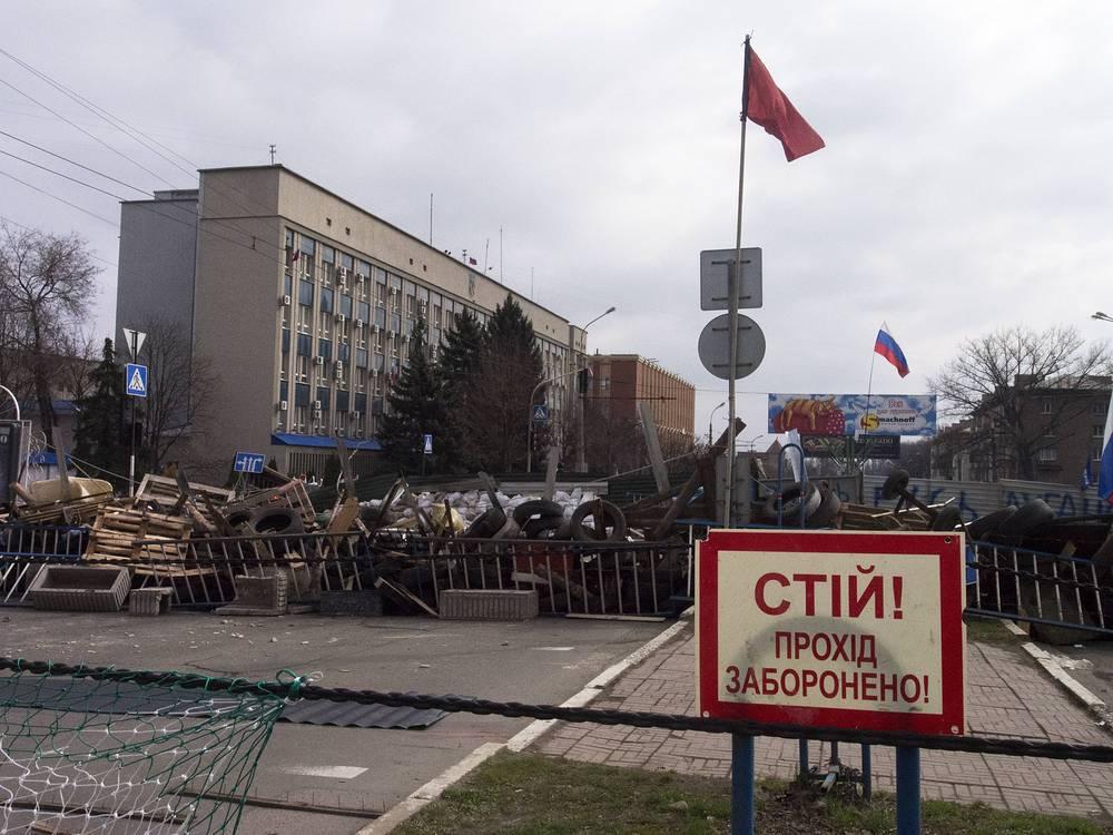 Около баррикад вывешены флаги России