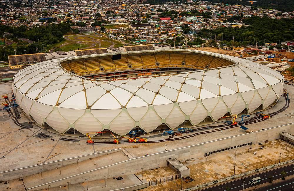 """Возведение """"Арены Амазония"""" в Манаусе началось в июле 2010 года. Во время чемпионата мира стадион будет вмещать 41,4 тыс. зрителей, после турнира вместимость увеличится почти на 3 тыс. мест. """"Арена Амазония"""" наряду со стадионом в Куябе является одним из самых удаленных от основного района матчей чемпионата. Во время ЧМ """"Арена Амазония"""" примет четыре матча группового этапа"""