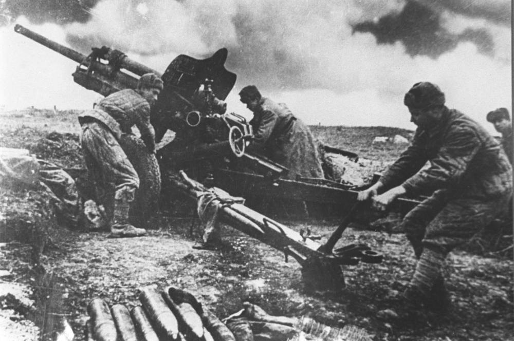 Крым обороняла 17-я армия вермахта (5 немецких и 7 румынских дивизий), основные силы которой были сконцентрированы на севере полуострова. На фото: советские артиллеристы в бою за Керчь