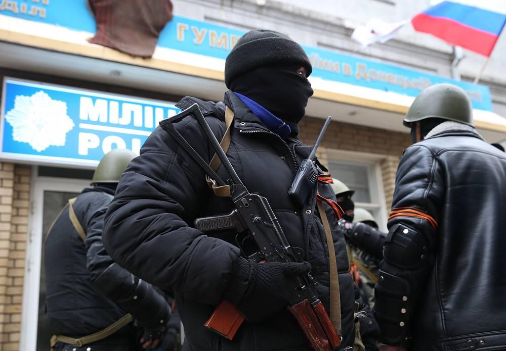 Вооруженный патруль у здания горотдела милиции