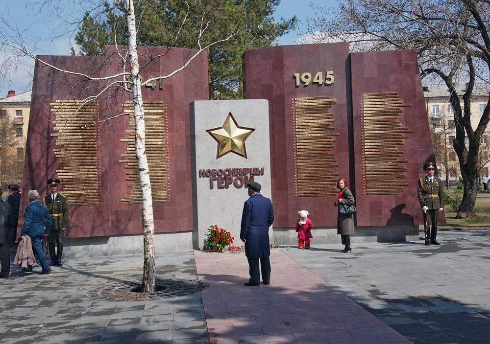 Им же создано оформление аллеи Славы Героев Советского Союза на Монументе Славы в Новосибирске