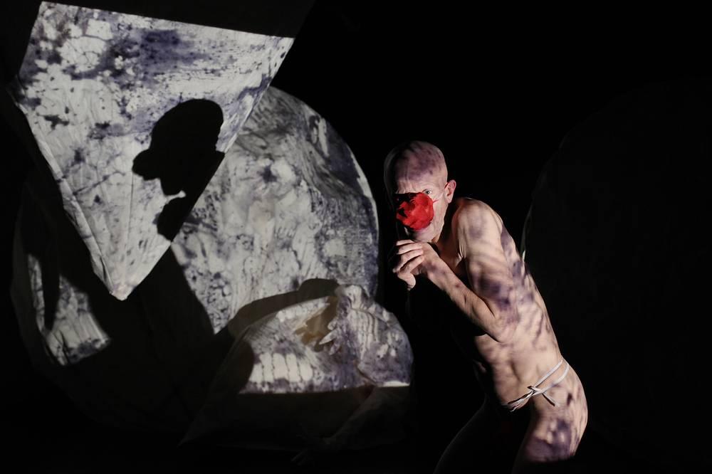 "Антон Адасинский в cцене из спектакля ""Die 5. Sonne"" театра DEREVO."