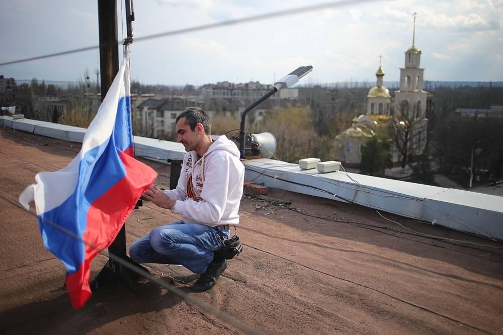 Над зданием горадминистрации установили российский флаг
