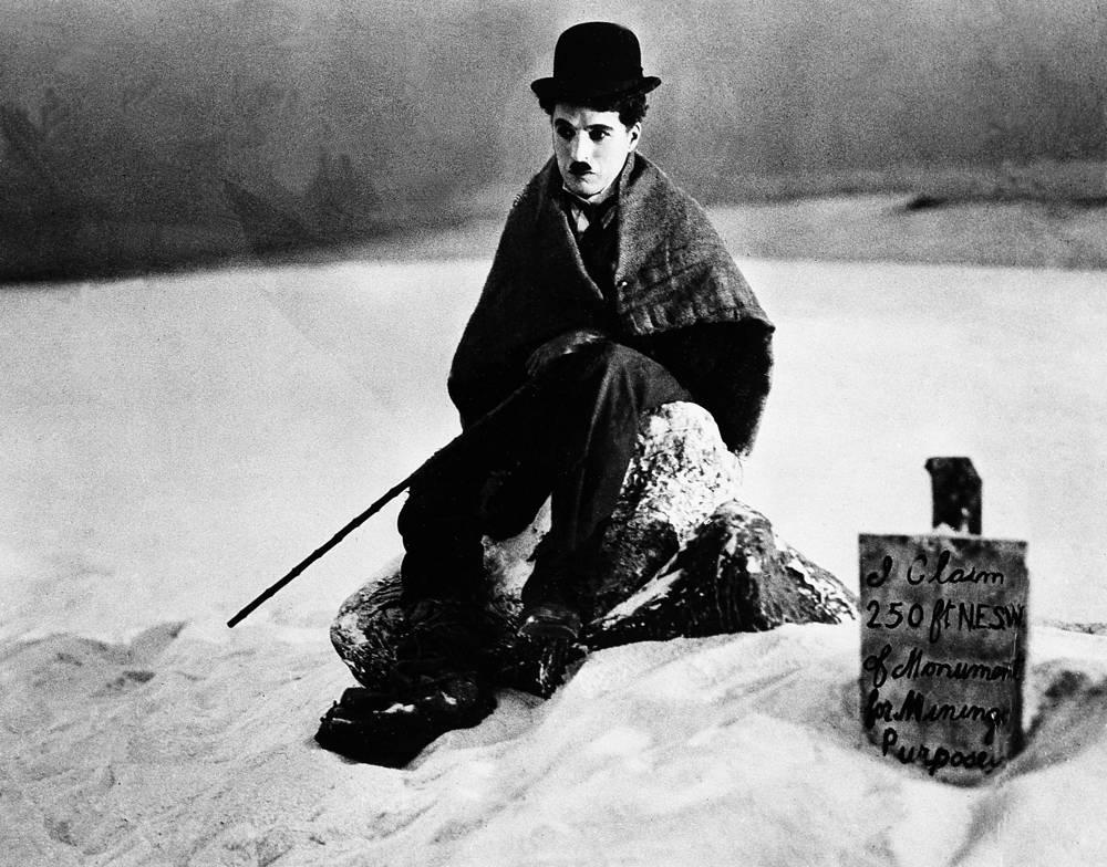 """В своих работах Чаплин активно использовал пантомиму и буффонаду, с 1920-х годов в его творчестве стали появляться социальные мотивы. На фото: Чарли Чаплин в фильме """"Золотая лихорадка"""", 1925 год"""